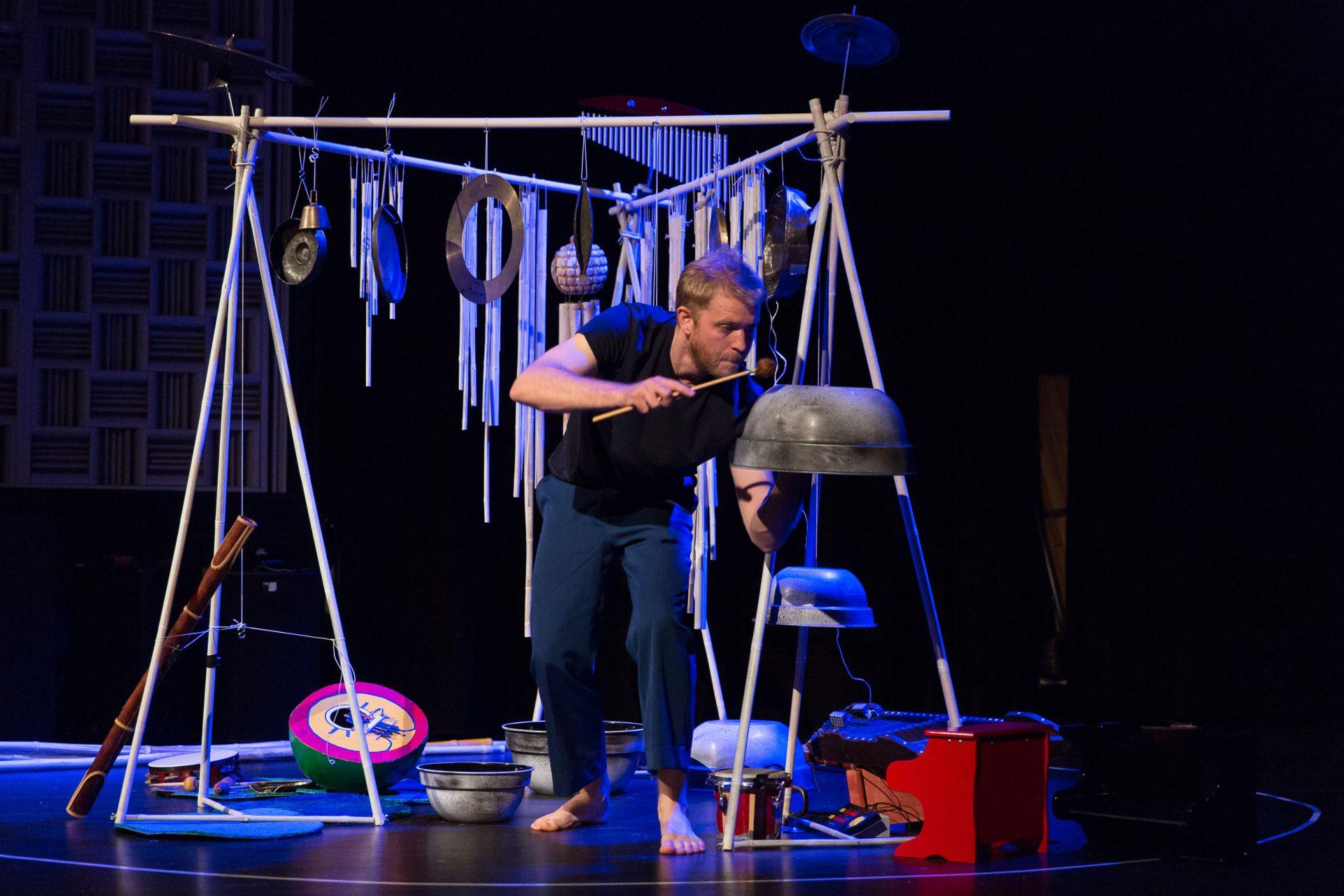 Jon slagverkare i föreställningen Öar